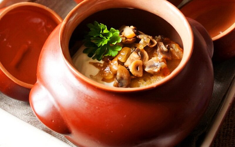 Драники «По-деревенски» в горшочке с колбасой «Домашней» и сметанным соусом