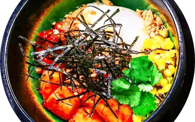 Поке-боул с курицей «Свит чили», яйцом-пашот и кукурузой