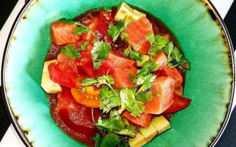 Севиче из лосося с авокадо и помидорами