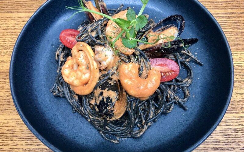 Чёрная паста с морепродуктами