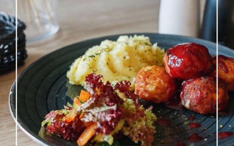 Тефтели «По-скандинавски» с картофельным пюре и с брусничным соусом
