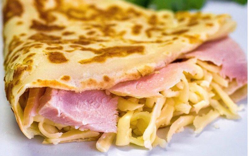 Блинчик с копчёным мясом и сыром