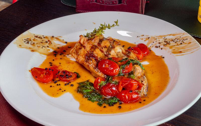 Филе куриное с помидорами черри и апельсиновым соусом