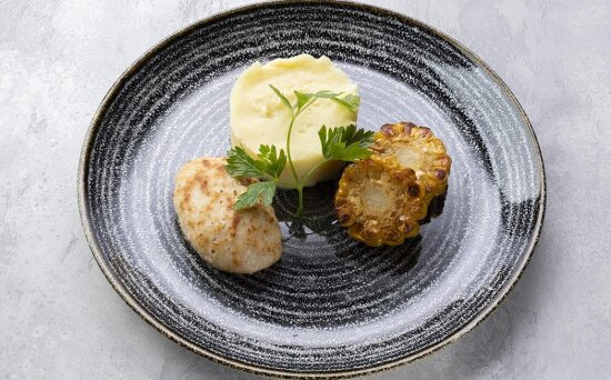 Куриная котлета с картофельным пюре и кукурузой