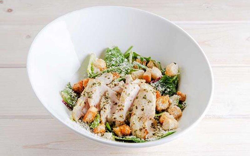 Мини-салат «Цезарь» с курицей