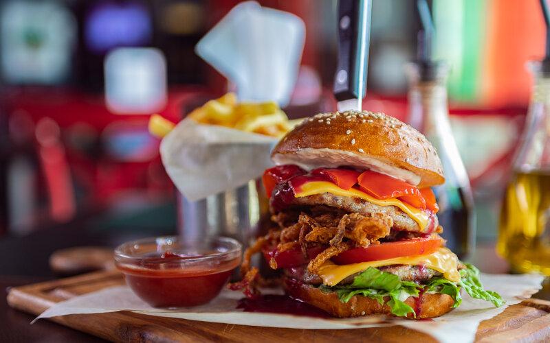 Бургер с уткой «Двойной цезарь»