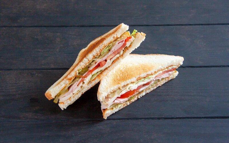 Сэндвич с ветчиной, курицей и соусом «Спайси»