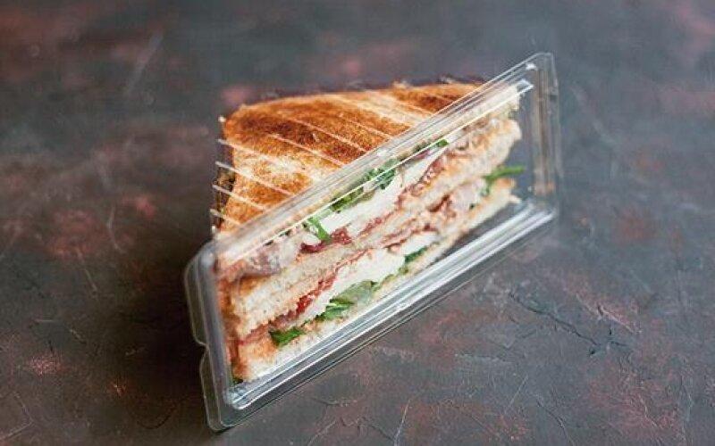 Сэндвич с курицей и хрустящим беконом