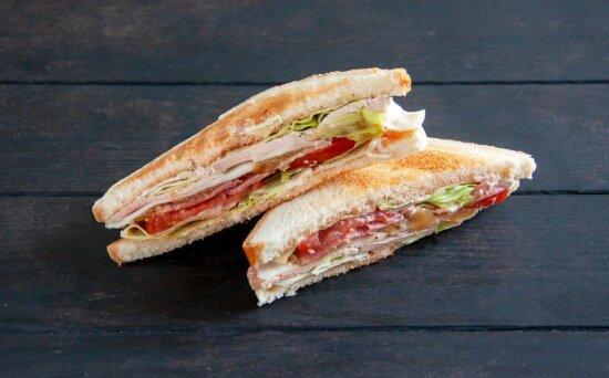 Сэндвич-ролл со свининой и соусомBBQ