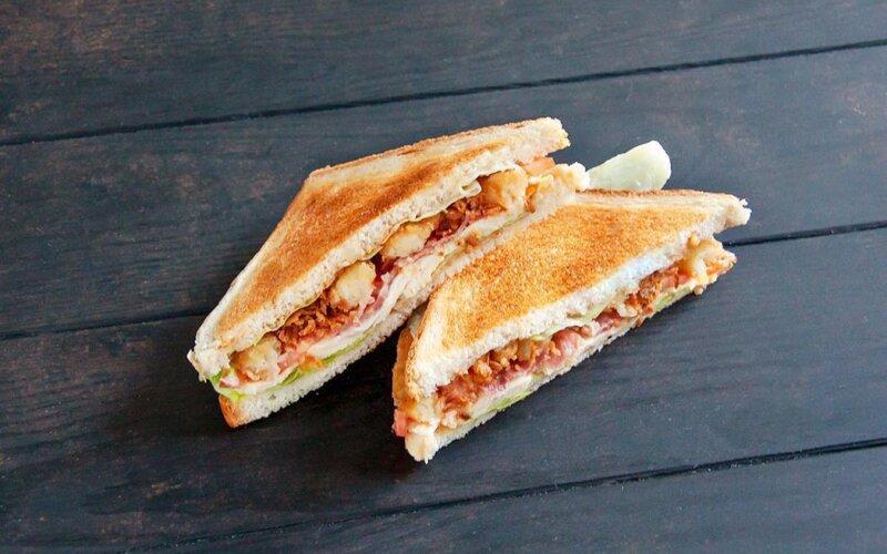 Сэндвич с курицей, луковыми кольцами и соусом «Ореховым»