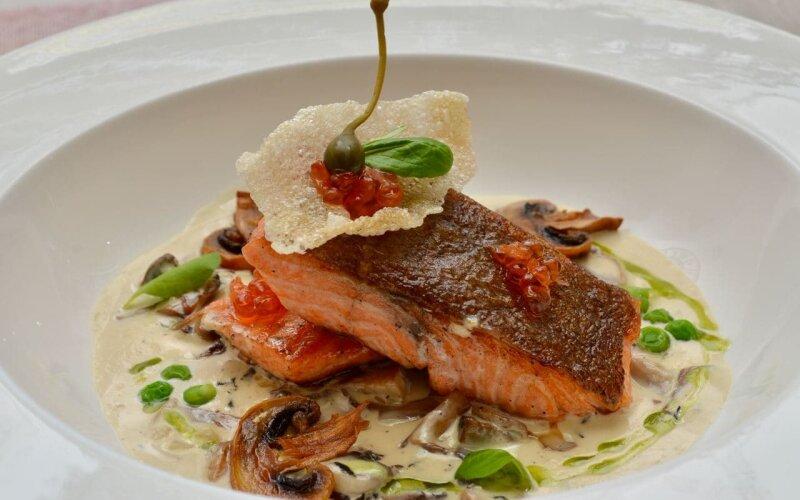 Стейк из лосося «Лион» с соусом «Грибным»