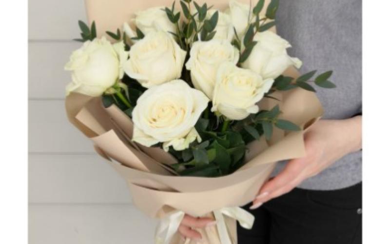 Букет Светлых Роз С Зеленью