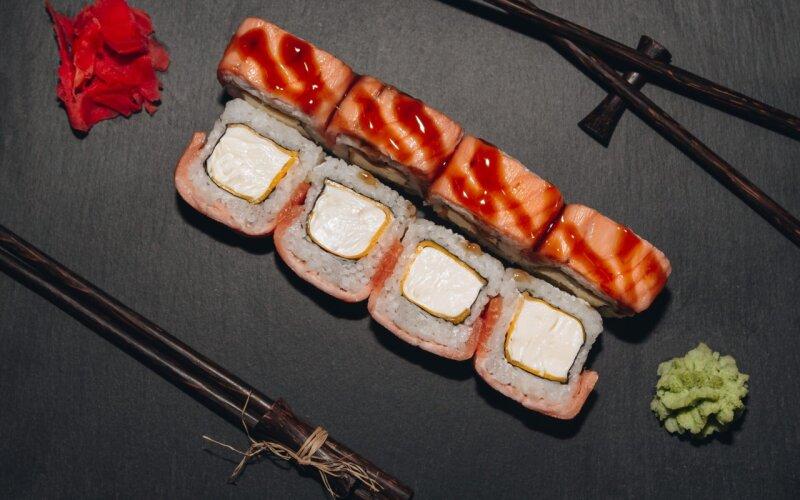 Запечённый ролл с лососем и сыром «Чеддер»
