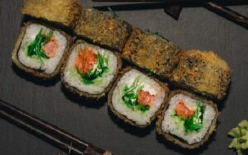 Ролл горячий с лососем и чукка-салатом