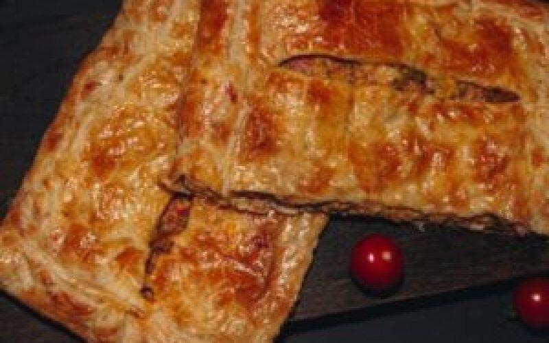 Пирог слоеный с ветчиной и сыром