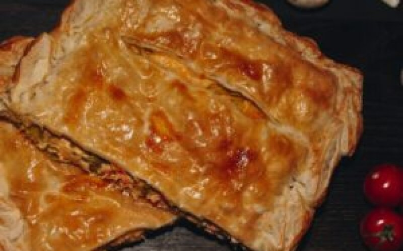 Пирог слоеный с лососем