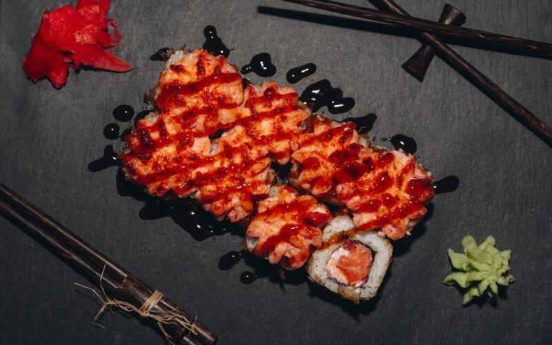 Запечённый ролл с лососем и помидором
