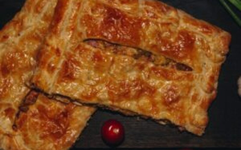 Пирог слоеный с ветчиной и грибами