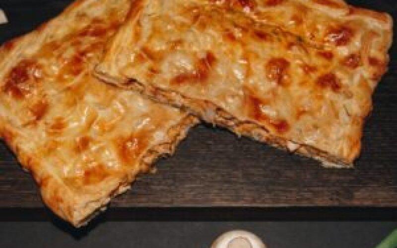 Пирог слоеный с курицей и сыром