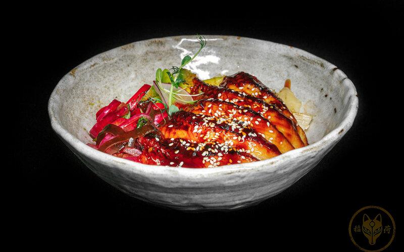 Поке с угорём и маринованным перцем рамиро