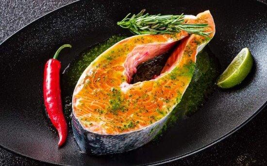 Стейк из лосося в соусе «Зелёные острова»