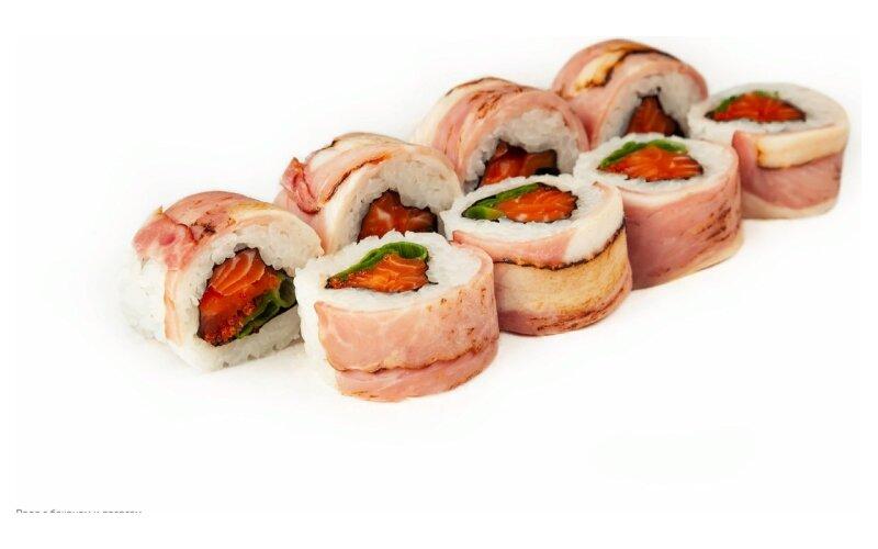 Ролл с беконом и лососем