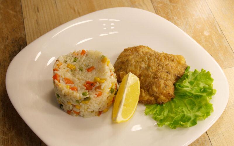 Филе белой рыбы с рисом и овощами