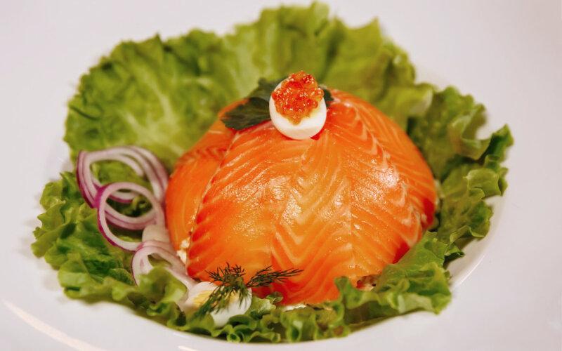 Салат из лосося с красной икрой и перепелиным яйцом