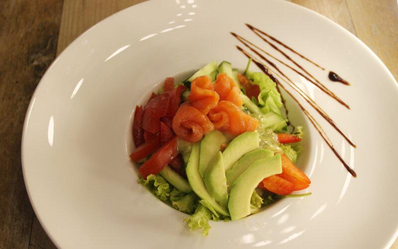 Лёгкий салат с сёмгой и авокадо