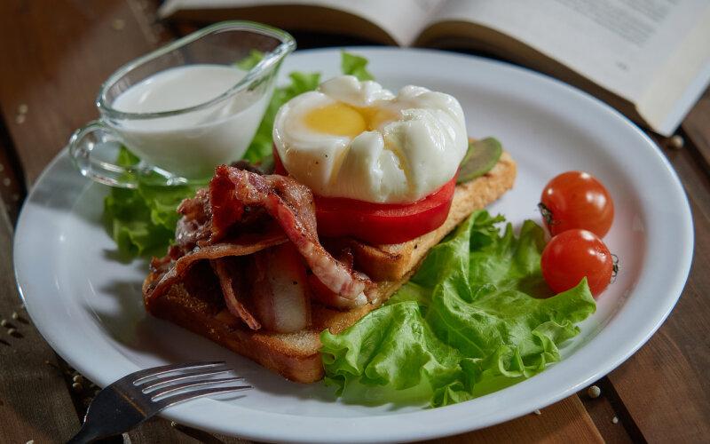 Яйцо «Бенедикт» с беконом