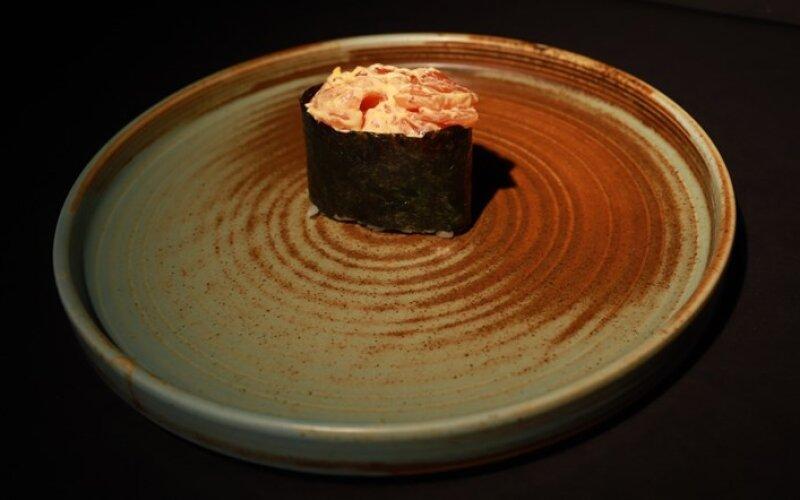 Острые суши с лососем