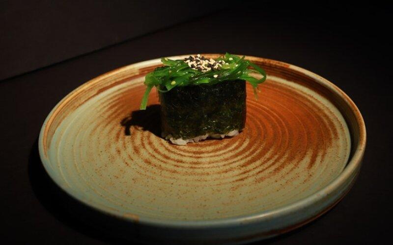Суши с чука-салатом