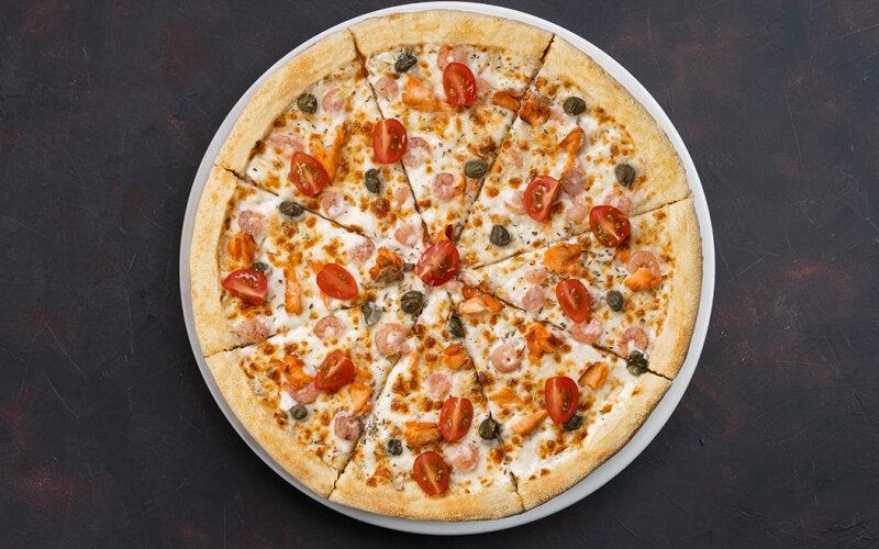 Пицца «Калифорния» с копчёным лососем и креветками