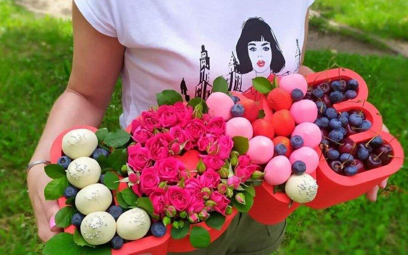Ягодно-цветочная композиция «Love»