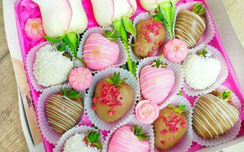 Клубника в бельгийском шоколаде с живыми розами