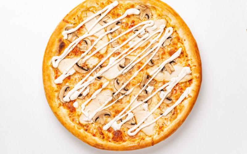 Пицца «Цыплёнок» с грибами и грибным соусом на пышном тесте