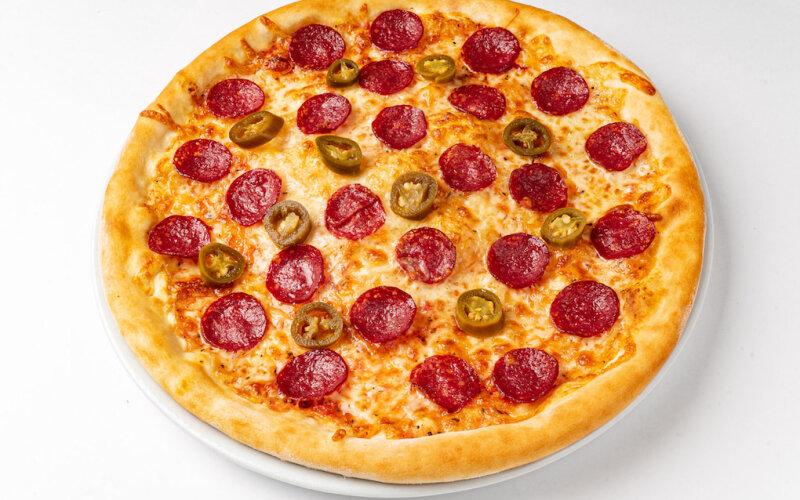 Пицца «Пеперони с халапеньо» на пышном тесте
