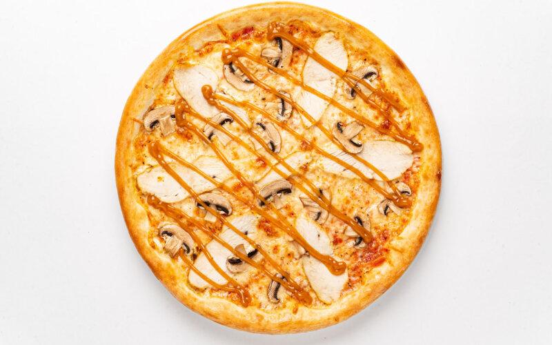 Пицца «Цыплёнок» с грибами и соусом «Карри» на пышном тесте