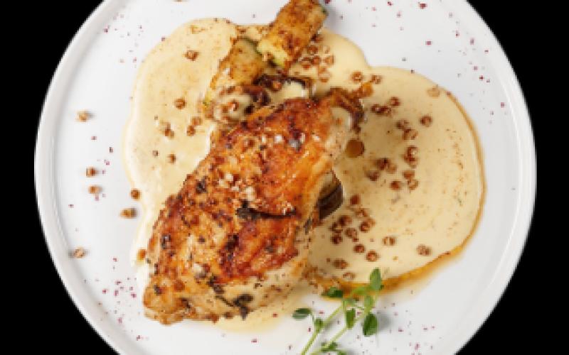 Филе цыплёнка на шапке из жареных овощей с сырным соусом