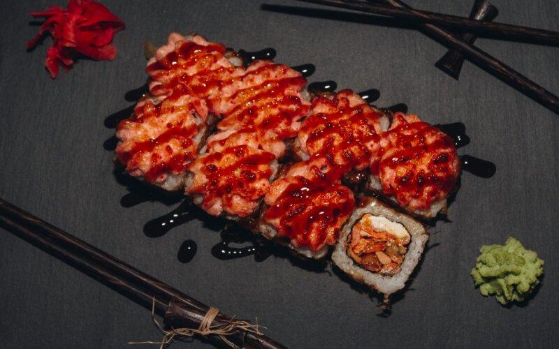 Запечённый ролл с лососем в соусе «Терияки»