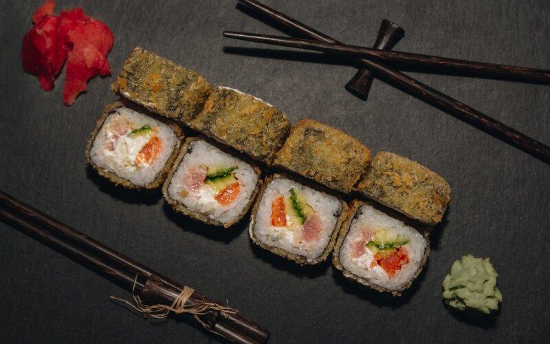 Горячий ролл с лососем и тунцом