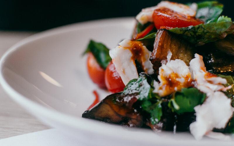 Салат с баклажаном и креветкой