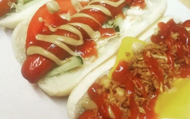 Хот-дог с салатом