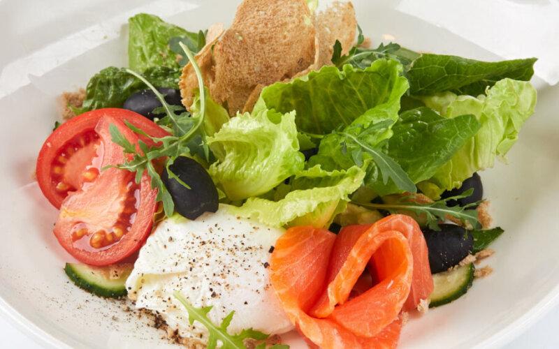 Салат с яйцом-пашот и лососем