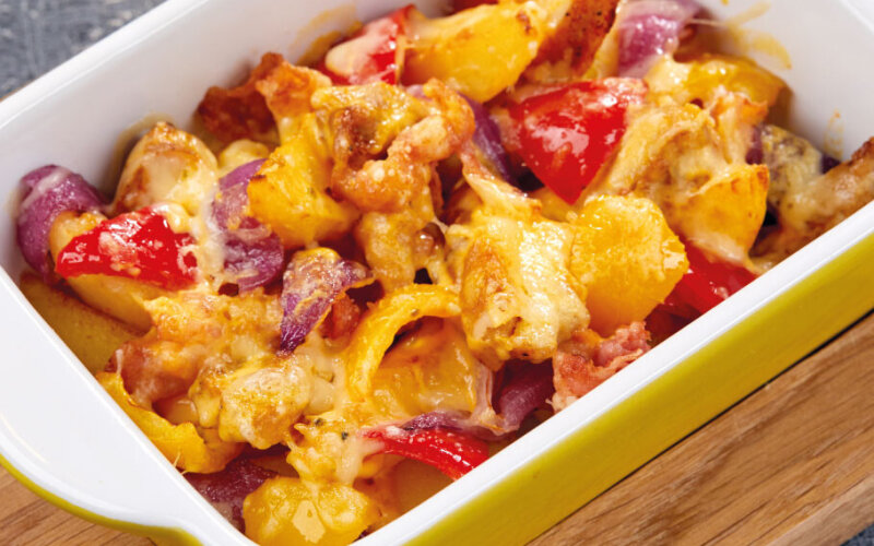 Гратен с курицей, овощами и сырным соусом