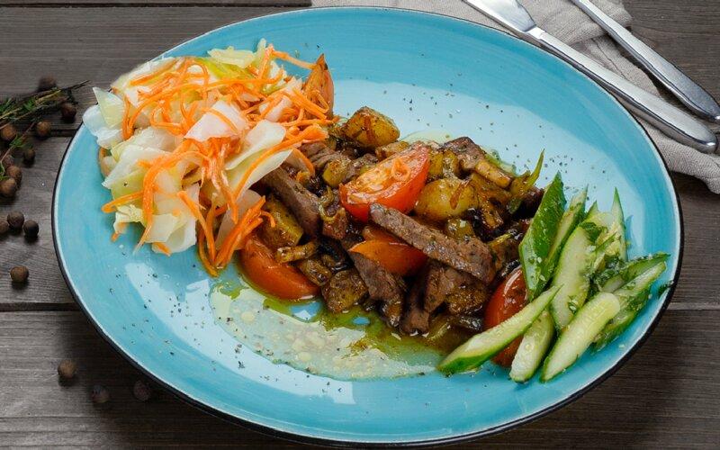 Тёплый салат с говядиной и помидорами