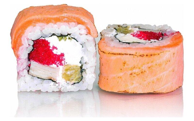Ролл «Обжаренный лосось с Томаго и апельсином»