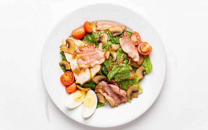 Салат «Мясной» с беконом и цыплёнком