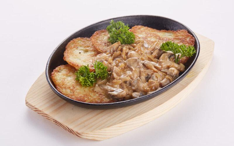 Драники со сливочно-грибным соусом