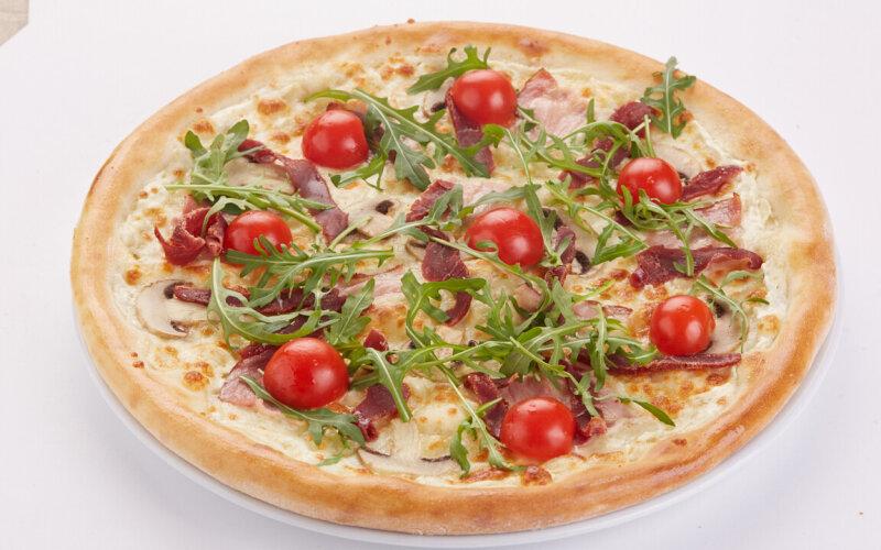 Пицца с вяленой говядиной и грудинкой